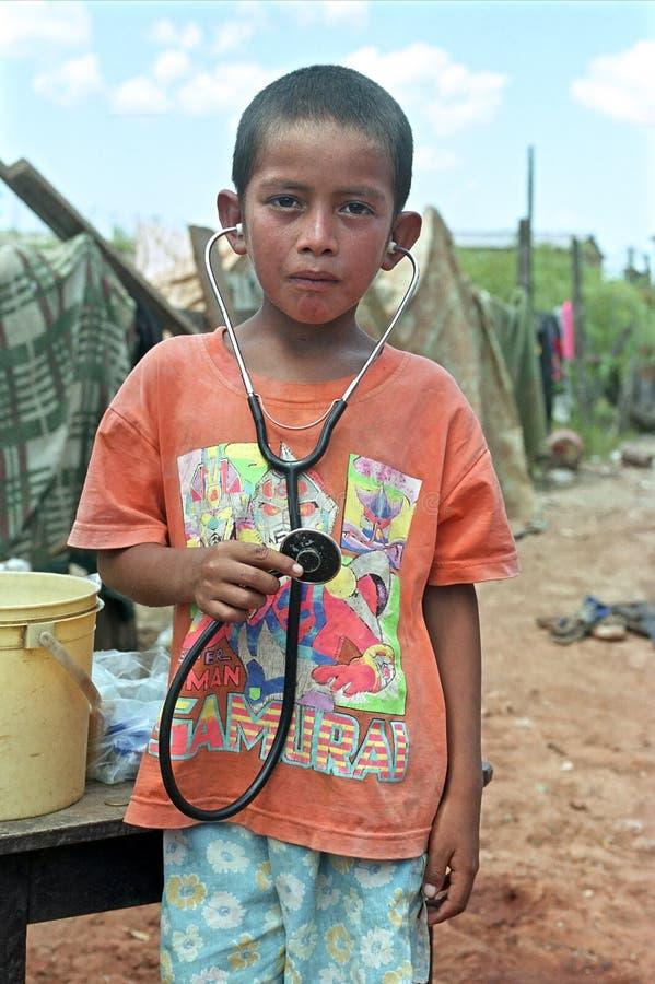 Portrait de pauvre garçon paraguayen avec un rêve photographie stock