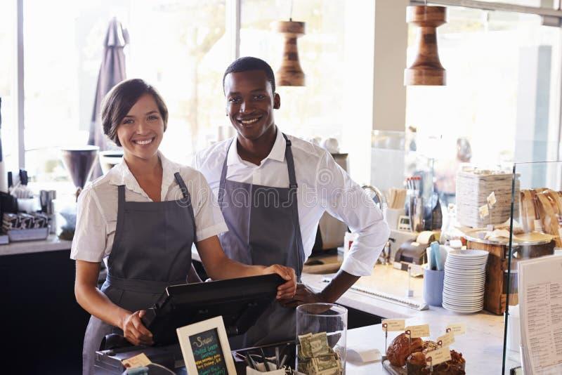 Portrait de personnel travaillant au contrôle d'épicerie fine photo libre de droits