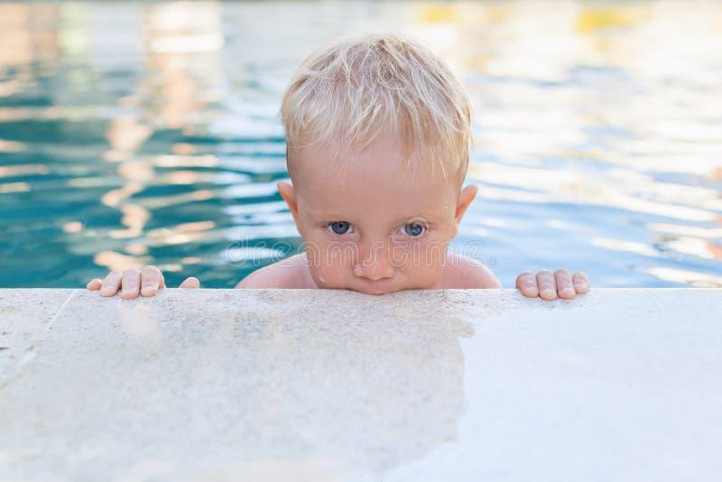 Portrait de petit bébé garçon drôle dans la piscine photos libres de droits