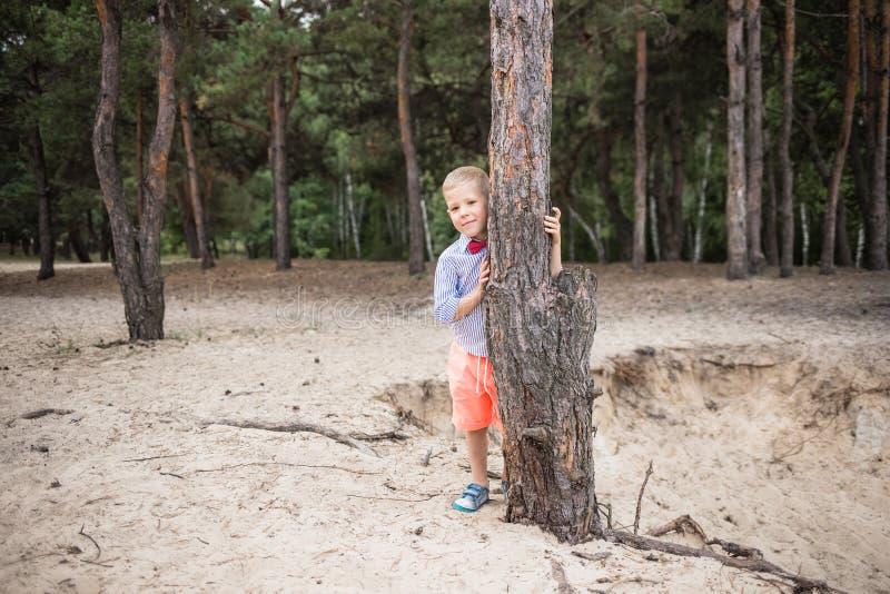 Portrait de petit Caucasien drôle élégant mignon photos libres de droits