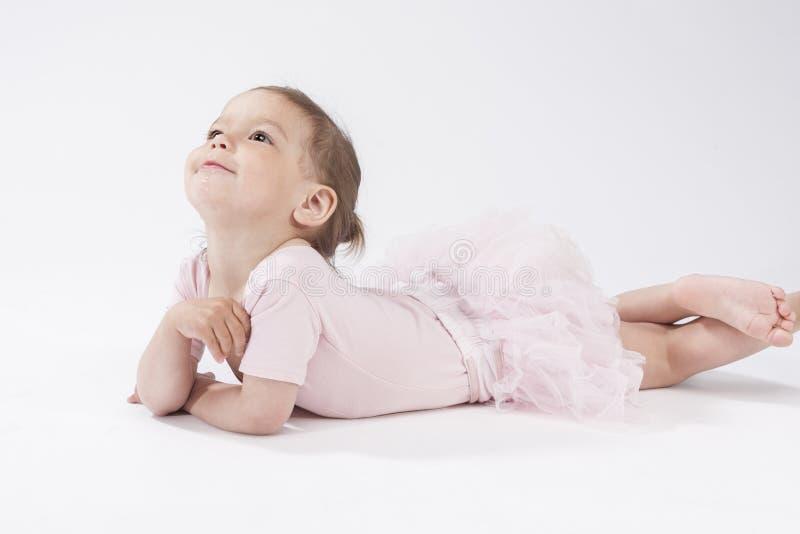 Portrait de petit enfant rêvant mignon dans l'environnement de studio photographie stock libre de droits