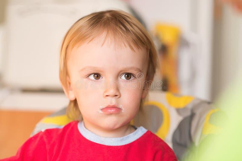 Portrait de petit garçon avec la bouche sale après alimentation photos libres de droits