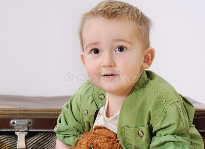 Portrait de petit garçon de sourire mignon avec son jouet photos libres de droits