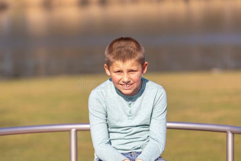 Portrait de petit garçon mignon en été photo stock