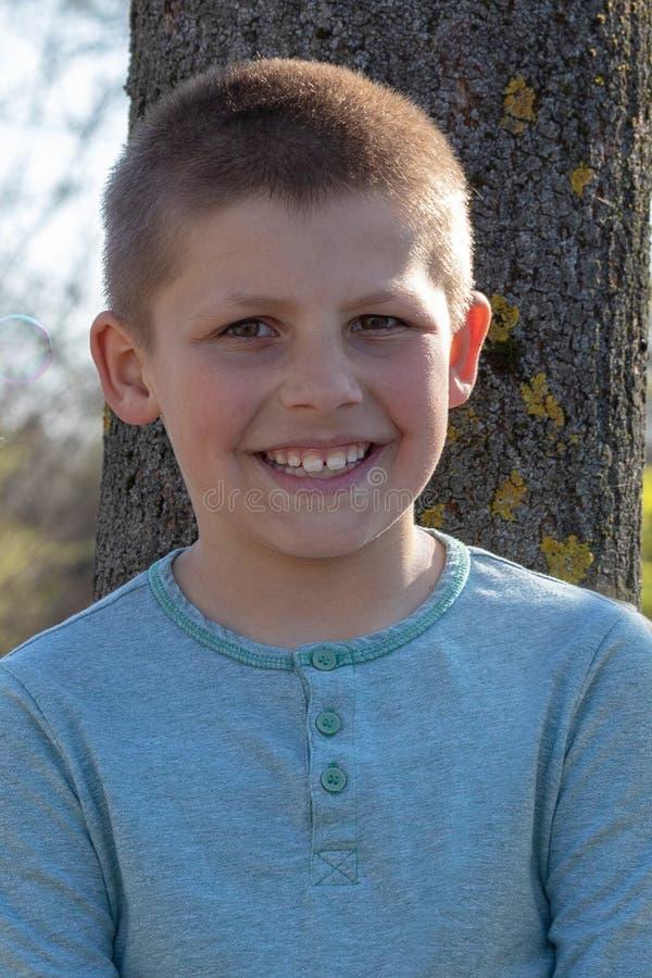 Portrait de petit gar?on mignon en ?t? image libre de droits