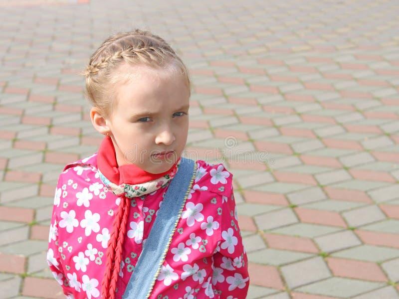 Portrait de petite écolière songeuse images stock