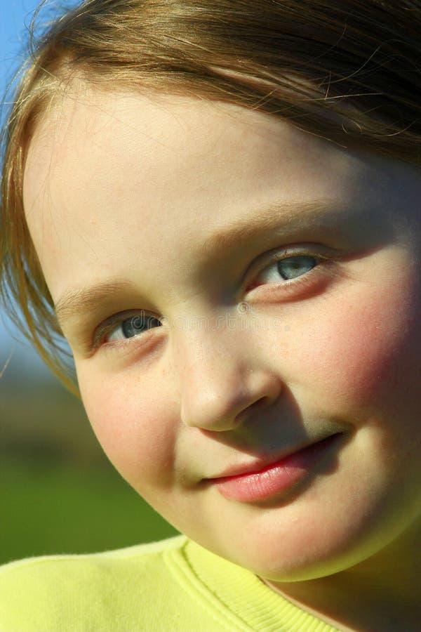 Portrait de petite belle fille avec des yeux bleus photo libre de droits