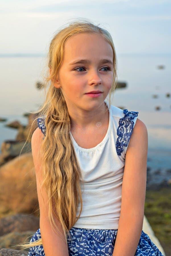 Portrait de petite belle fille sur le coucher du soleil photos libres de droits