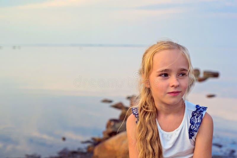 Portrait de petite belle fille sur le coucher du soleil photo libre de droits
