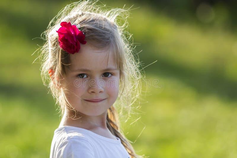 Portrait de petite fille blonde adorable avec les yeux gris et le RO rouge photographie stock
