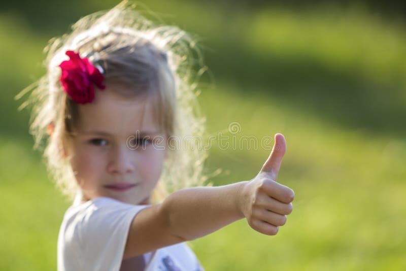 Portrait de petite fille blonde adorable avec les yeux gris et le RO rouge images libres de droits