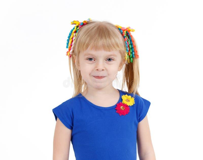 Portrait de petite fille blonde drôle avec deux queues sur le blanc photo stock