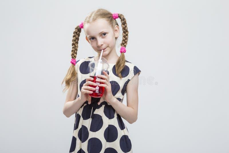 Portrait de petite fille caucasienne de sourire avec la position de tresses photo stock