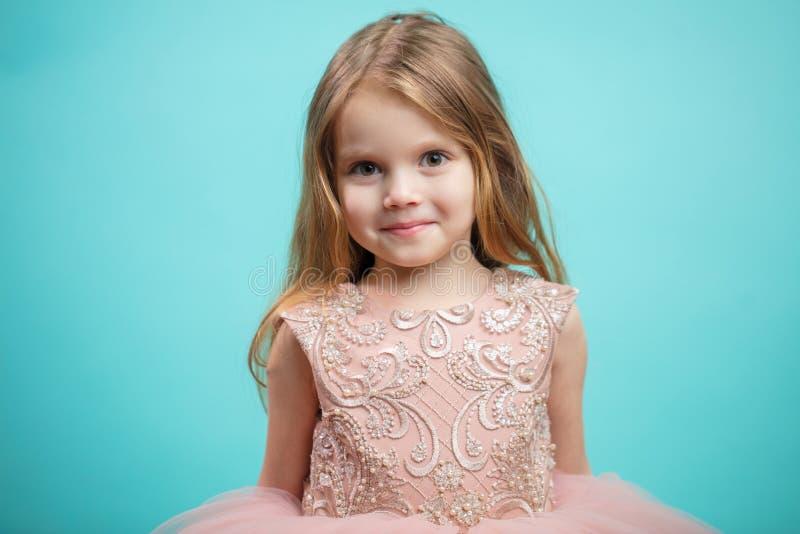 Portrait de petite fille de charme heureuse mignonne dans la robe de princesse images stock