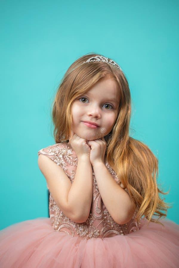 Portrait de petite fille de charme heureuse mignonne dans la robe de princesse photo stock