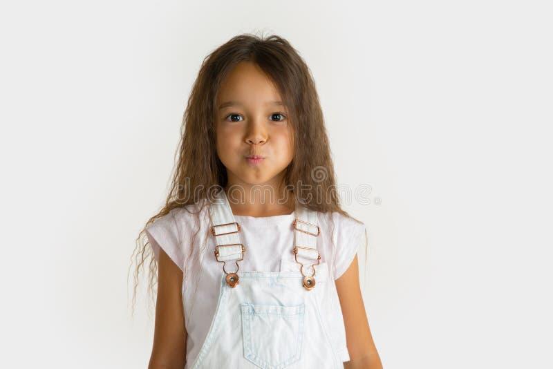 Portrait de petite fille d'isolement sur le fond blanc de studio photographie stock