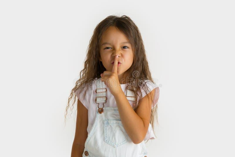 Portrait de petite fille d'isolement sur le fond blanc de studio photographie stock libre de droits