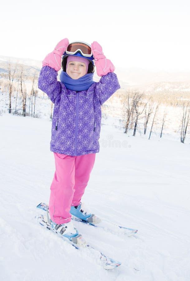 Portrait de petite fille de sourire sur des skis photos libres de droits