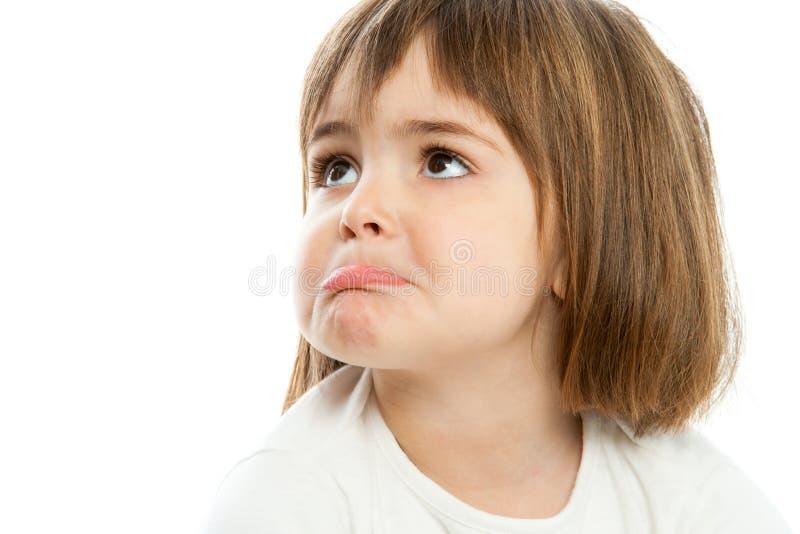 Petite fille tirant vers le haut des lèvres. images stock