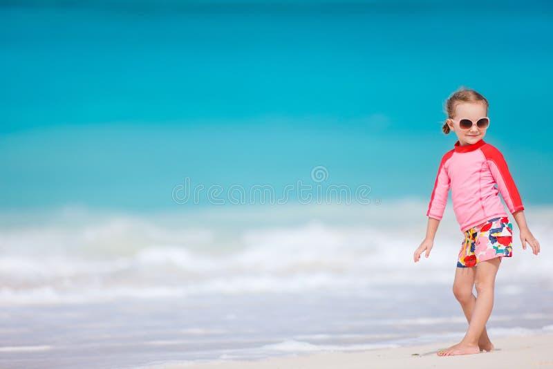 Petite fille mignonne à la plage photo stock