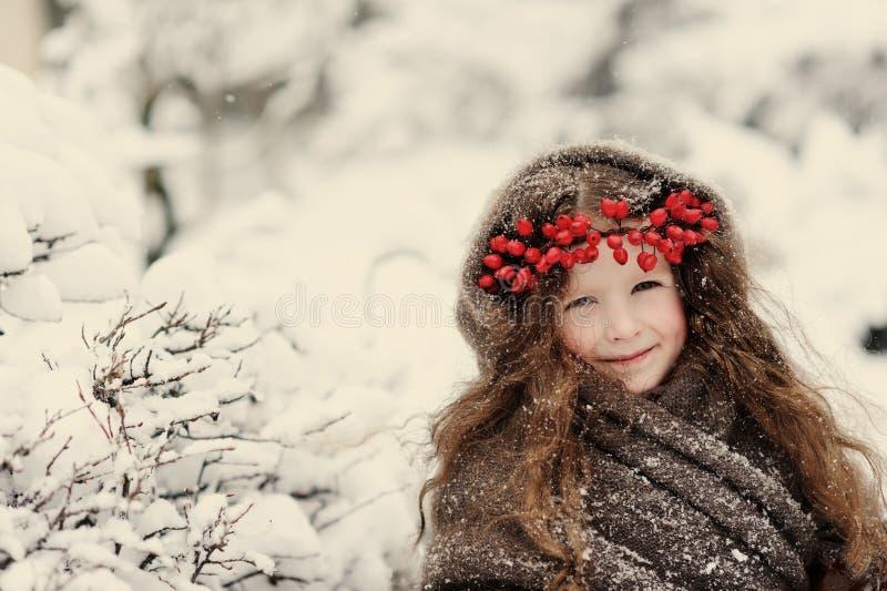 Portrait de petite fille mignonne en hiver photographie stock