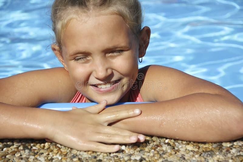 Portrait de petite fille près de jour ensoleillé de piscine image libre de droits