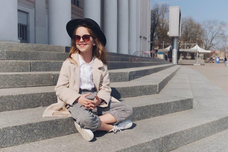 Portrait de petite fille sur la rue images libres de droits