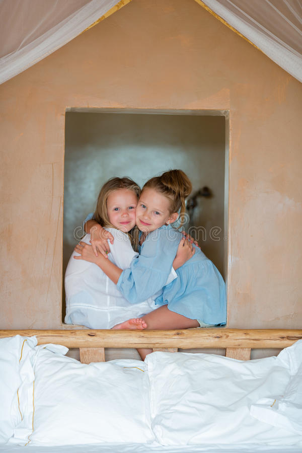Portrait de petites filles adorables ayant l'amusement photos libres de droits