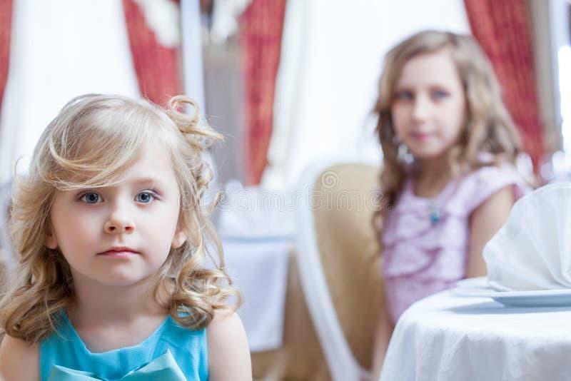 Portrait de petites filles blondes posant à l'appareil-photo photographie stock