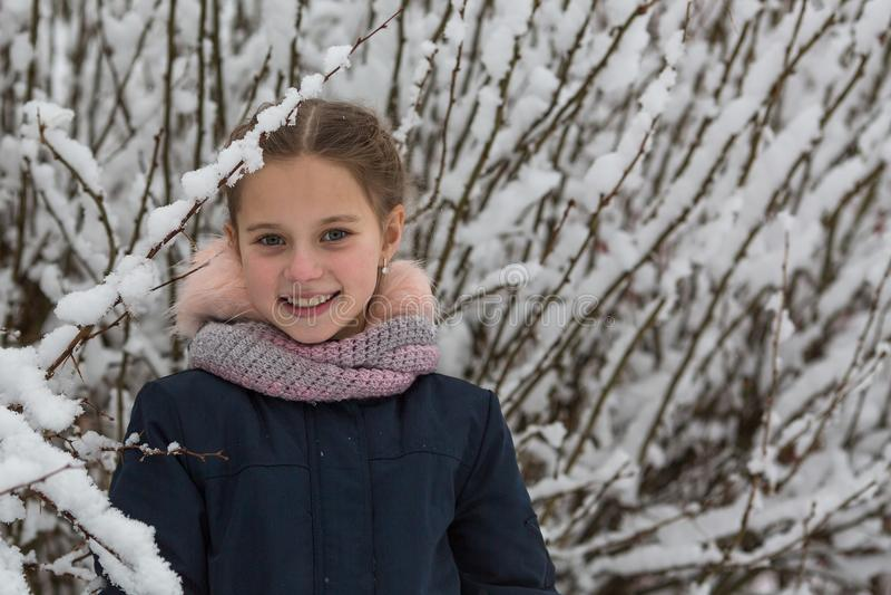 Portrait de petites filles heureuses en parc d'hiver images libres de droits