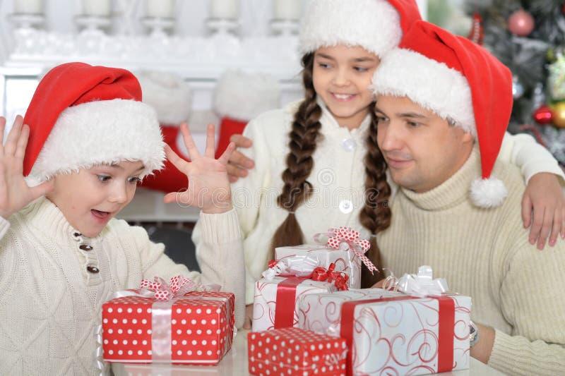 Portrait de petits enfants et de père mignons avec des cadeaux image stock