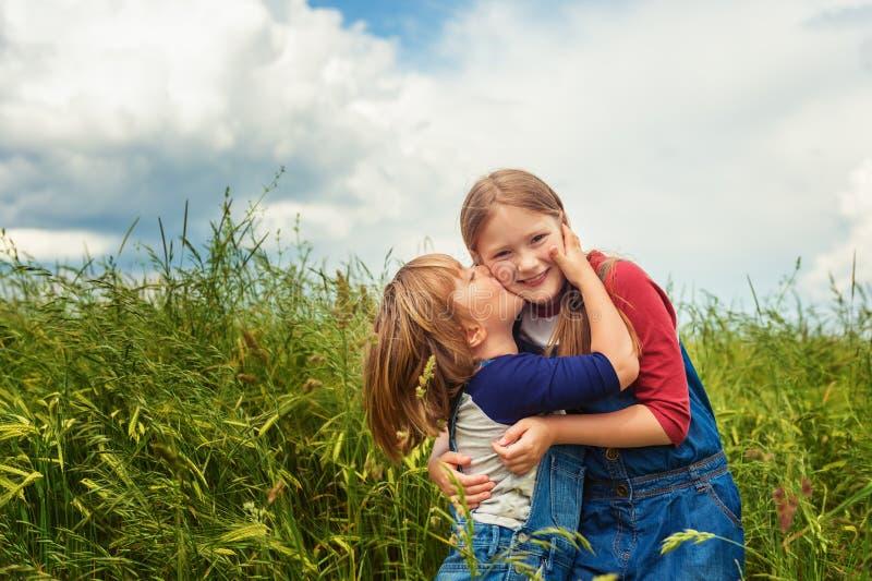 Portrait de petits enfants mignons image libre de droits