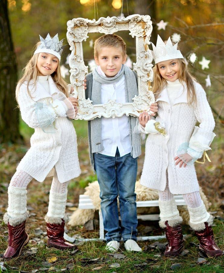 Portrait de petits garçons et de deux filles images libres de droits