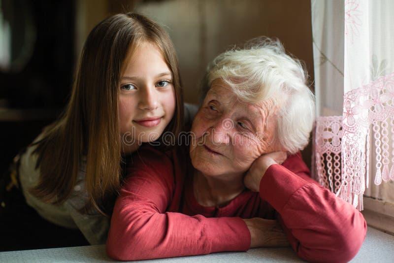 Portrait de peu de fille mignonne et de sa vieille grand-mère Amour photo stock