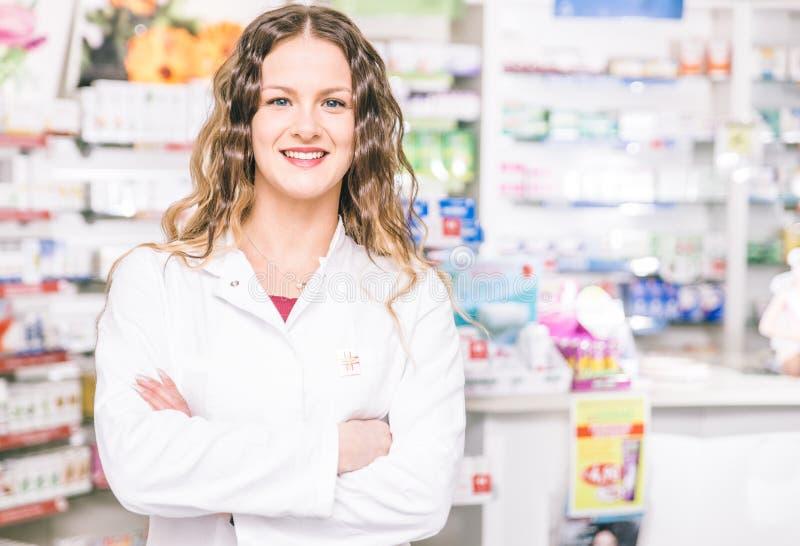 Portrait de pharmacien dans son magasin image stock
