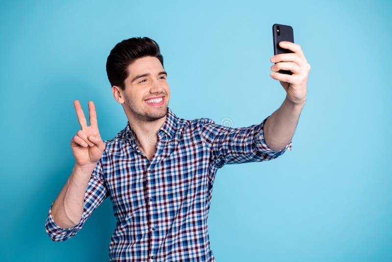 Portrait de photo d'insouciant génial fol optimiste attrayant ayant l'influencer gentil de v-signe d'humeur de temps libre millén photos stock