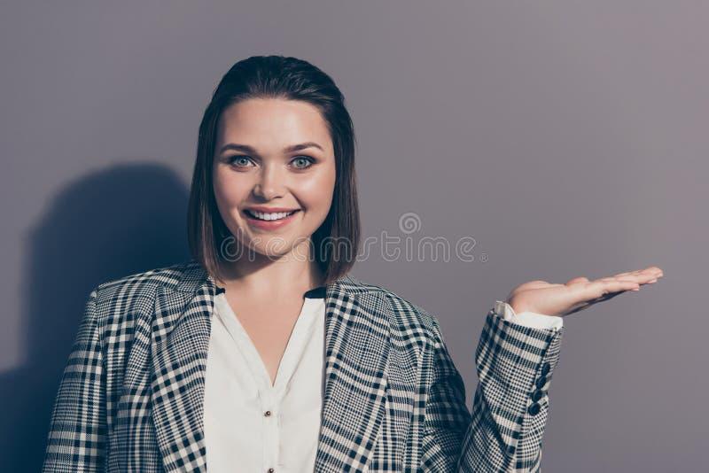 Portrait de photo du secrétaire intelligent futé féminin avec du charme gai de patron de dame de bureau tenant transparent invisi photo stock