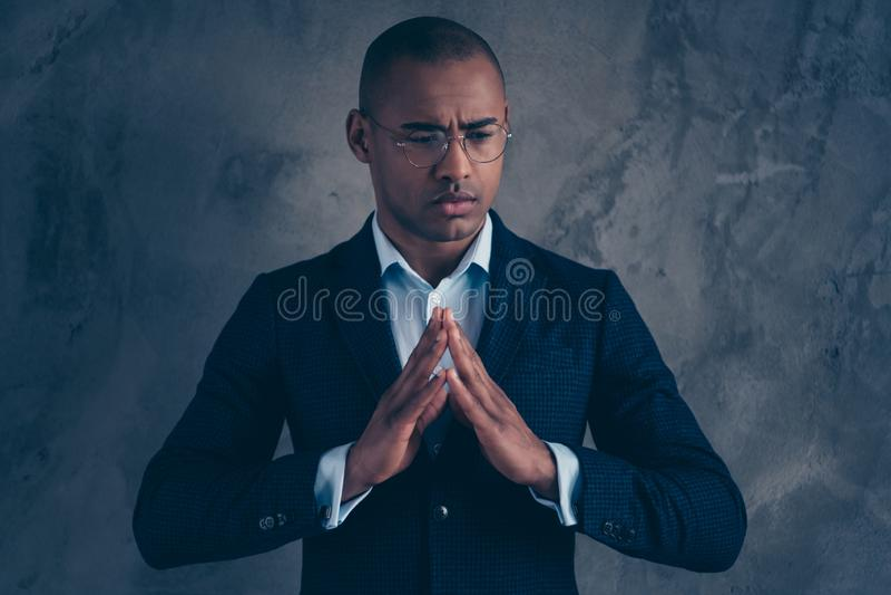 Portrait de photo de plan rapproché des doigts se tenants de conservation réfléchis focalisés occupés beaux de mains essayant ens image stock