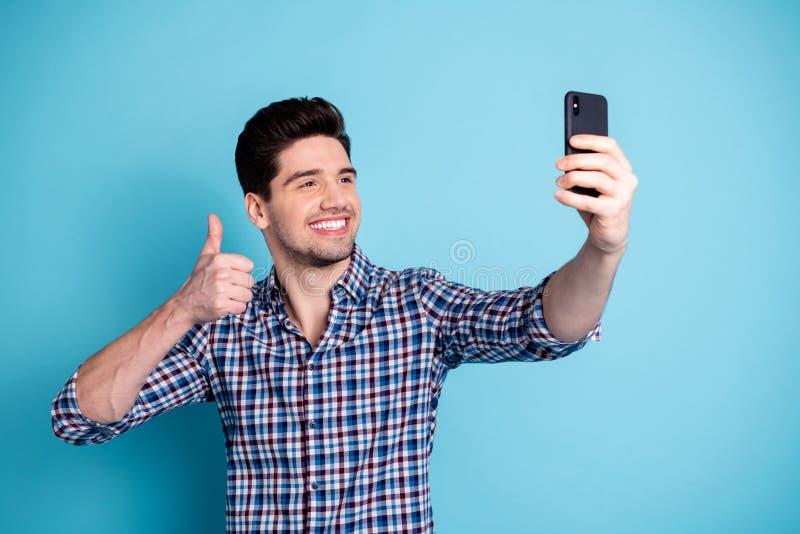 Portrait de photo de positif optimiste gai dans le téléphone insouciant génial drôle de participation de touriste de voyageur de  images libres de droits