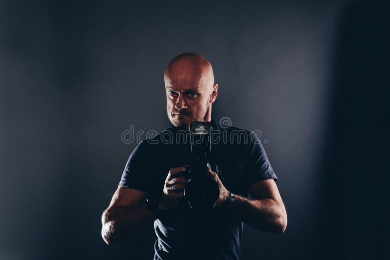Portrait de photographe de paparazzi d'homme dans le studio photographie stock