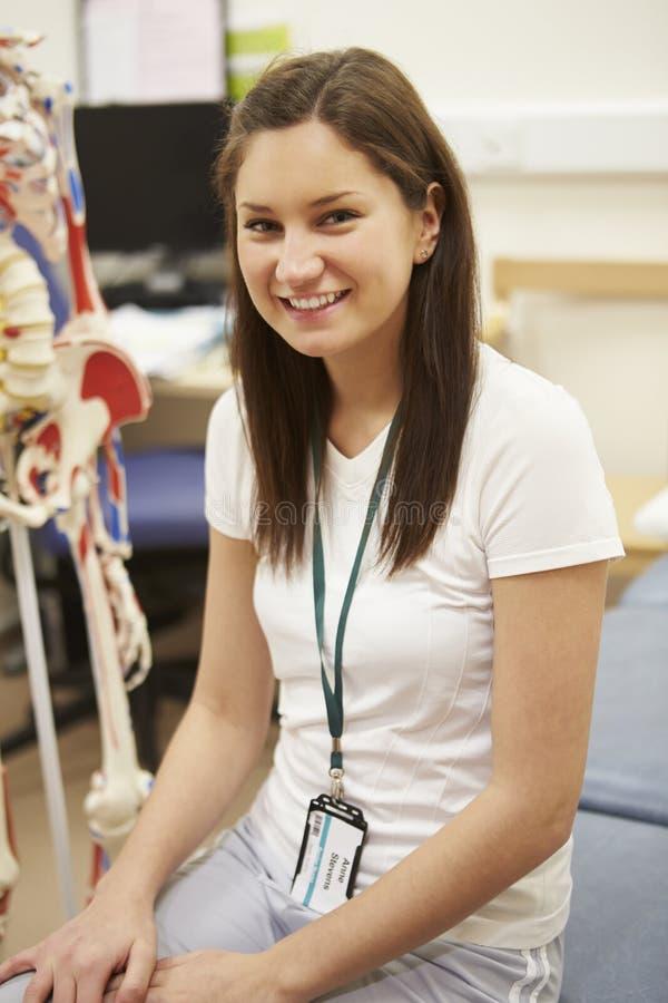Portrait de physiothérapeute féminin In Hospital images libres de droits