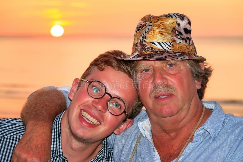 Portrait de plage d'été de père et de fils photographie stock libre de droits