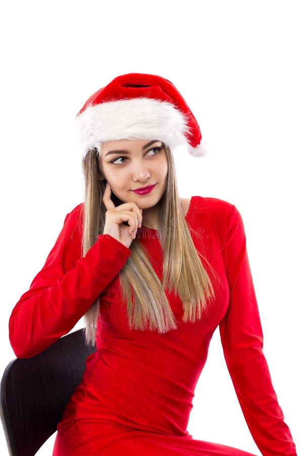 Portrait de plan rapproché de belle fille en rouge avec Santa posant plus de photos libres de droits