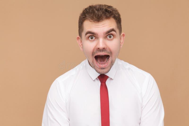 Portrait de plan rapproché de bouche ouverte choquée d'homme photos stock