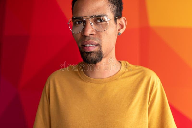 Portrait de plan rapproché d'homme de couleur au-dessus de fond coloré photos stock