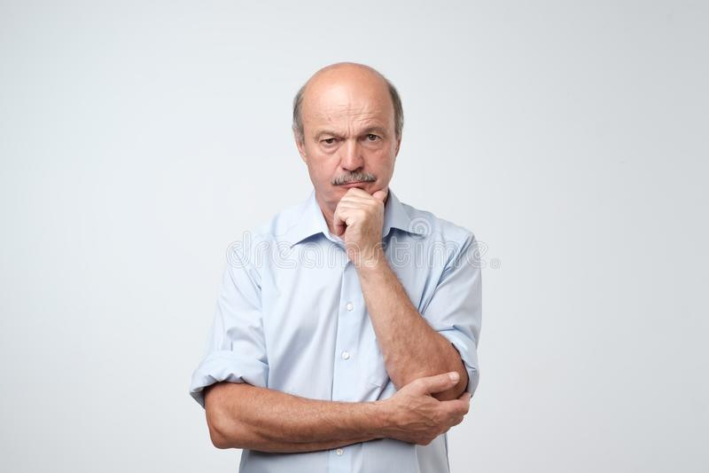 Portrait de plan rapproché d'homme mûr somnolent dans la chemise bleue, type drôle plaçant la tête en main, appareil-photo de reg images libres de droits