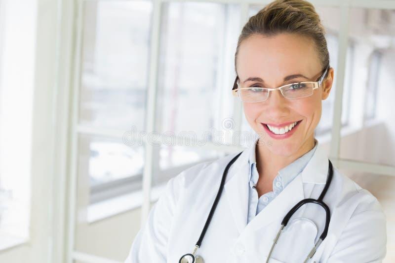 Portrait de plan rapproché d'un beau docteur féminin image libre de droits