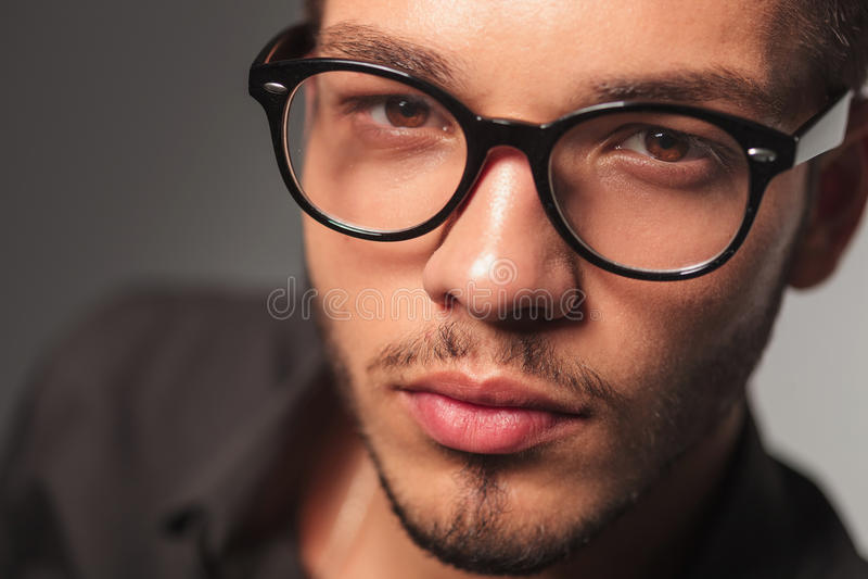 Portrait de plan rapproché d'un jeune homme mignon avec des verres image stock