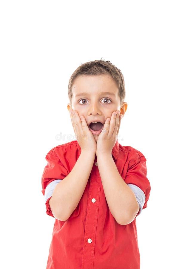 Portrait de plan rapproché d'un petit garçon étonné photos stock