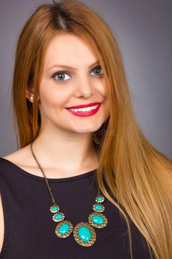 Portrait de plan rapproché d'une belle femme blonde photos libres de droits